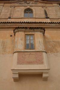 Okno na oranžové fasádě starého hradu